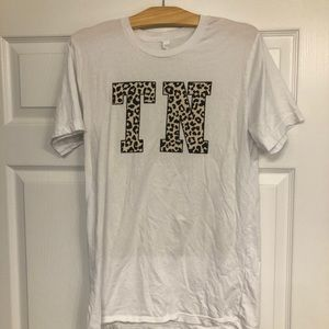 """Pink Lily Leopard Graphic """"TN"""" Tee M"""
